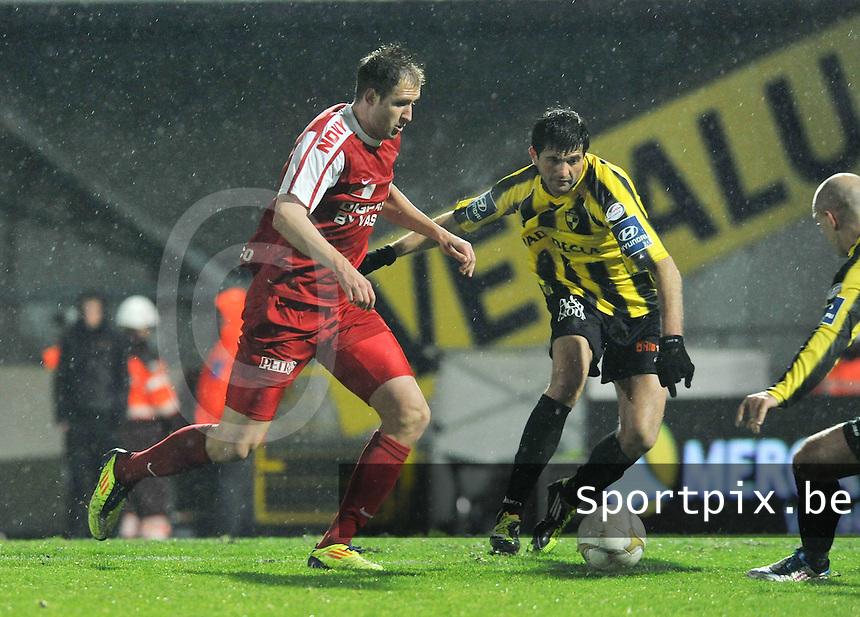 SK Lierse - KV Kortrijk : Dalibor Veselinovic aan de bal voor de toekijkende Boban Grncarov.foto VDB / Bart Vandenbroucke