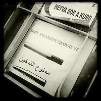 Medikamentenausgabestation des Kurdischen Roten Halbmond &quot;Heyva Sor A Kurd in Derbeshye, Rojava/Syrien.<br /> Hier koemmen Beduerftige kostenfrei Medikamente, Babynahrung und Wndeln bekommen.<br /> An der Tuer haengt ein Hinweisschild, das Rauchen ebenso toedlich ist wie Gewehrkugeln.<br /> 16.12.2014, Derbeshye/Rojava/Syrien<br /> Copyright: Christian-Ditsch.de<br /> [Inhaltsveraendernde Manipulation des Fotos nur nach ausdruecklicher Genehmigung des Fotografen. Vereinbarungen ueber Abtretung von Persoenlichkeitsrechten/Model Release der abgebildeten Person/Personen liegen nicht vor. NO MODEL RELEASE! Nur fuer Redaktionelle Zwecke. Don't publish without copyright Christian-Ditsch.de, Veroeffentlichung nur mit Fotografennennung, sowie gegen Honorar, MwSt. und Beleg. Konto: I N G - D i B a, IBAN DE58500105175400192269, BIC INGDDEFFXXX, Kontakt: post@christian-ditsch.de<br /> Bei der Bearbeitung der Dateiinformationen darf die Urheberkennzeichnung in den EXIF- und  IPTC-Daten nicht entfernt werden, diese sind in digitalen Medien nach &sect;95c UrhG rechtlich geschuetzt. Der Urhebervermerk wird gemaess &sect;13 UrhG verlangt.]