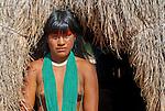 Retrato de &iacute;ndia Kalapalo que acompanha as flautas uru&aacute; no Ritual Kuarup na Aldeia Aiha no Parque Ind&iacute;gena do Xingu | Portrait of Kalapalo girl who accompany uru&aacute; flutes in the Kuarup Ritual at Aiha Village in the Xingu Indigenous Park<br /> <br /> LOCAL: Quer&ecirc;ncia, Mato Grosso, Brasil <br /> DATE: 07/2009 <br /> &copy;Pal&ecirc; Zuppani