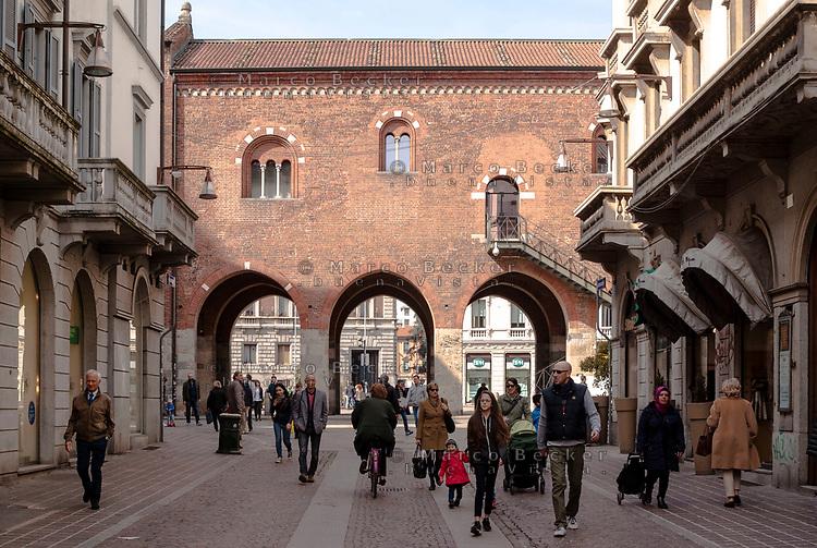 Monza. L'Arengario, l'antico palazzo comunale, in fondo a via Vittorio Emanuele II ---- Monza. The Arengario, the historic town hall, down Vittorio Emanuele II street