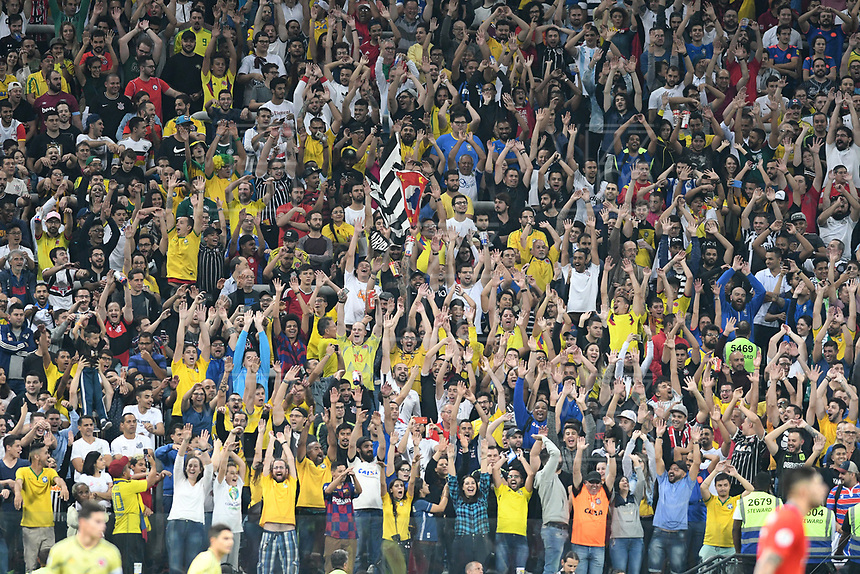 SAO PAULO – BRASIL, 28-06-2019: Hinchas de Colombia animan a su equipo durante partido por cuartos de final de la Copa América Brasil 2019 entre Colombia y Chile jugado en el Arena Corinthians de Sao Paulo, Brasil. / Fans Of Colombia cherr for their team during the Copa America Brazil 2019 quarter-finals match between Colombia and Chile played at Arena Corinthians in Sao Paulo, Brazil. Photos: VizzorImage / Julian Medina / Cont /