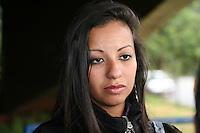SAO PAULO, SP, 25 DE JUNHO DE 2013 -  CRIME DA MALA - IGabriela Mazani Pereira, irma da vitima chega para o julgamento de Jimmy Richard Iribarne, de 42 anos, acusado de matar a dançarina Magda da Silva Roncati, no Fórum da Barra Funda em São Paulo, SP, nesta quinta-feira (25). O crime aconteceu no município de Mairiporã, no dia 21 de janeiro de 2011. O caso ficou conhecido como crime da mala. Magda foi encontrada morta dentro de uma mala. FOTO: MAURICIO CAMARGO / BRAZIL PHOTO PRESS