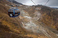 Japan, Kanto (Honshu), Kanagawa Prefecture, near Hakone: Hakone Ropeway over the volcanic cauldron, Owakudani | Japan, Kantō (Honshu), Praefektur Kanagawa, bei Hakone: mit der Hakone-Seilbahn ueber Owakudani, ein vulkanisches Tal mit aktiven Schwefelschloten und heissen Quellen