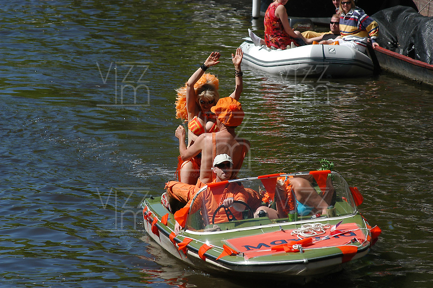 AMSTERDAM-HOLANDA- Botes navegando por los canales de agua de la ciudad durante el día de la Reina.En la imagen una pareja  disfruta de la fiesta./ Boats sailing the waterways during the Queen's day. In the picture a couple enjoy the party.  Photo: VizzorImage/STR