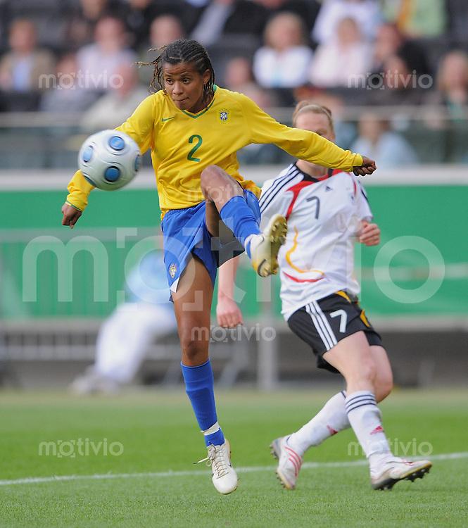 Fussball International  Frauen   22.04.2009 Deutschland - Brasilien  Grazielle (BRA) am Ball