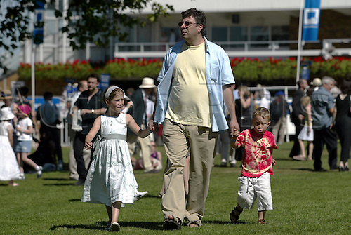 7 August 2004: A father walks with his two children in the Paddock on The Blue Square Shergar Cup day at Ascot. Photo: Neil Tingle/action plus...horse racing 040807 crowd racegoers
