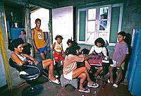 Trabalho de manicure na favela de Heliópolis. São Paulo. 1992. Foto de Juca Martins.