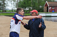 FIERLJEPPEN: IT HEIDENSKIP: Fierljepferiening It Heidenskip, 18-05-2013, Senioren Topklasse, Oane Galama (#15) in discussie met TC'er Ab Hietkamp, ©foto Martin de Jong