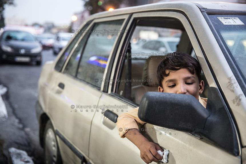 traffico per le vie di Teheran, Teheran traffic, un bambino guarda nello specchietto retrovisore
