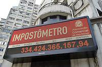 SAO PAULO, 15 DE MARCO DE 2013 - DIA DO CONSUMIDOR - Impostometro, localizado na rua Boa Vista regiao central da capital, registra mais de 334 bilhões arrecadados, na tarde desta sexta feira, 15, no dia do consumidor. (FOTO: ALEXANDRE MOREIRA / BRAZIL PHOTO PRESS)