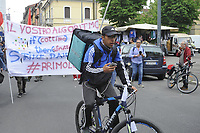 - Milano, 1&deg; maggio 2018, manifestazione dei sindacati di base ed indipendenti, dei lavoratori senza contratto o con contratto a termine, dei giovani &quot;riders&quot; che consegnano il cibo a domicilio in bicicletta, dei disoccupati e dei lavoratori precari e senza garanzie, degli immigrati costretti a lavorare in nero<br />