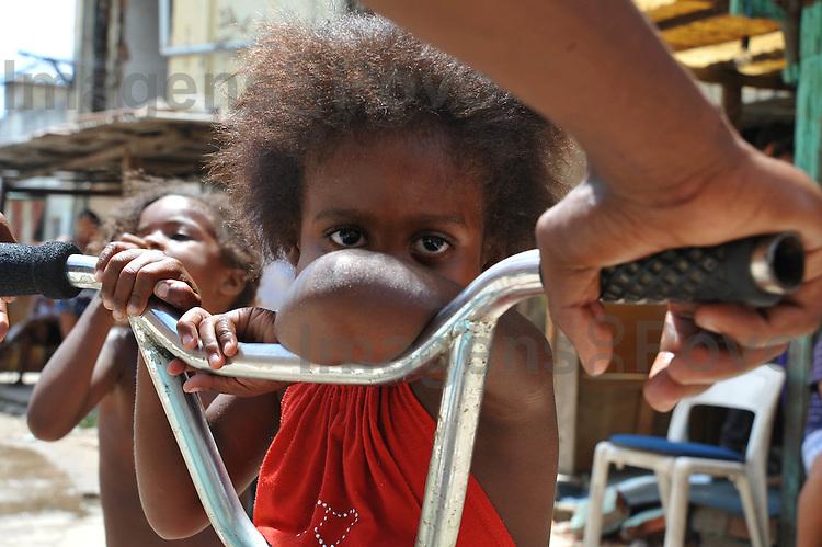 menina moradora da comunidade do Parque Everest. Conjunto de favelas do Alemão, Rio de Janeiro, Brasil.