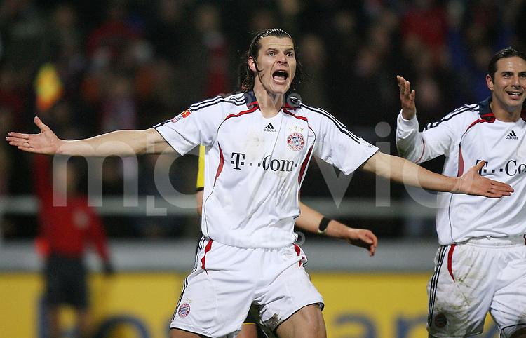 Fussball  DFB-Pokal  Saison 2006/2007 Alemannia Aachen - FC Bayern Muenchen   Daniel VAN BUYTEN (FC Bayern Muenchen) sauer