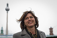 Berlin, Bundesagrarministerin Ilse Aigner (CSU) am Mittwoch (22.05.13) auf dem Dach des Berliner Doms anlässlich Vorstellung einer Bienen-App. Ministerin Aigner besichtigt Bienenstöcke auf dem Dach des Berliner Doms und stellt neue Bienen-App vor.