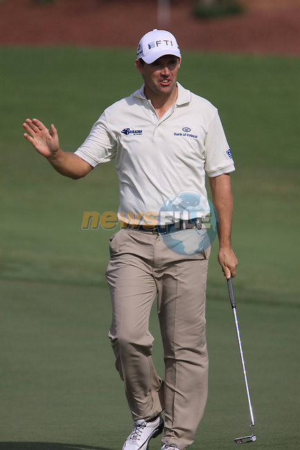 Padaig Harrington waves to the crowd after sinking his birdie putt on the 8th green during  Day 2 at the Dubai World Championship Golf in Jumeirah, Earth Course, Golf Estates, Dubai  UAE, 20th November 2009 (Photo by Eoin Clarke/GOLFFILE)