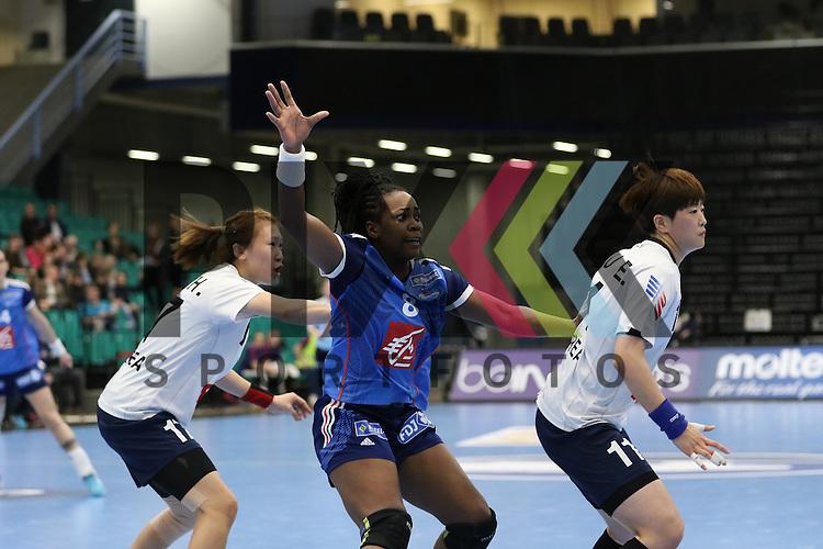 Kolding (DK), 07.12.15, Sport, Handball, 22th Women's Handball World Championship, Vorrunde, Gruppe C, S&uuml;d Korea-Frankreich : Laurisa Landre (Frankreich, #08) , Sim Haein (S&uuml;d Korea, #17) , Ryu Eun Hee (S&uuml;d Korea, #11)<br /> <br /> Foto &copy; PIX-Sportfotos *** Foto ist honorarpflichtig! *** Auf Anfrage in hoeherer Qualitaet/Aufloesung. Belegexemplar erbeten. Veroeffentlichung ausschliesslich fuer journalistisch-publizistische Zwecke. For editorial use only.