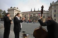 Europe/République Tchèque/Prague:  Musiciens des rues  sur l'esplanade du Château de  Prague siège de  la présidence de la république
