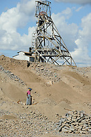 ZAMBIA Luanshya Copperbelt, abandoned stockpile of Luanshya Copper Mine, which belongs to chinese group China Nonferrous Metal Mining Group Co (CNMC) , women collect stones as building material / SAMBIA Luanshya, Abraumhalde eines stillgelegten Schachts der Kupfermine Luanshya Copper Mines, das dem chinesischen Unternehmen  China Nonferrous Metal Mining Group Co - CNMC gehoert, Frauen sammeln Steine fuer Baumaterial