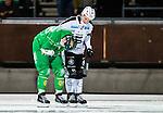 Stockholm 2015-11-18 Bandy Elitserien Hammarby IF - Sandvikens AIK :  <br /> Hammarbys Carl-Johan Rutqvist har ont n&auml;r han &aring;ker av isen efter en skada i en duell med Sandvikens Christoffer Edlund under matchen mellan Hammarby IF och Sandvikens AIK <br /> (Foto: Kenta J&ouml;nsson) Nyckelord:  Elitserien Bandy Zinkensdamms IP Zinkensdamm Zinken Hammarby Bajen HIF Sandviken SAIK skada skadan ont sm&auml;rta injury pain