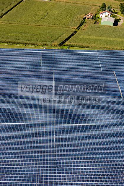 France, Aquitaine, Landes (40) , Env Rion-des-Landes: Ferme solaire , Vue aérienne//  France, Aquitaine, Landes, Near  Rion-des-Landes: solar farm, aerial view