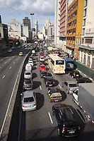 SAO PAULO, SP, 28-05-2012, TRANSITO.  Muito transito no corredor norte-sul nessa manha de segunda-deira 28.  Luiz Guarnieri/ Brazil Photo Press.