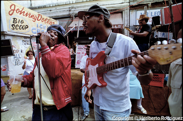 Maxwell Street Jimmy Davis (L) sings along with Jimmy Allen during a blues concert at the legendary Maxwell Street flea market in west side of Chicago, on July 17, 1994. Photo by Heriberto Rodriguez