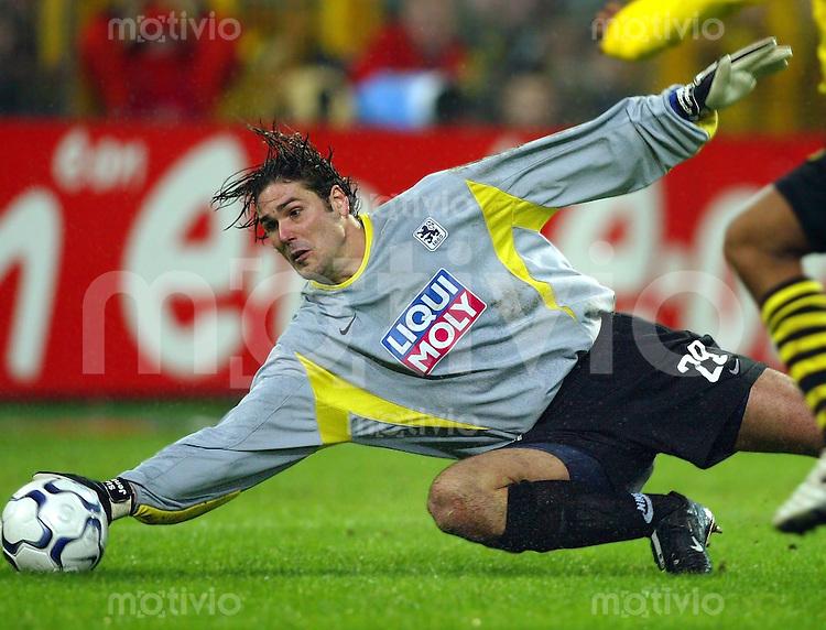 Fussball / 1. Bundesliga Saison 2002/2003  Torwart Simon Jentzsch, Aktion 1860 Muenchen