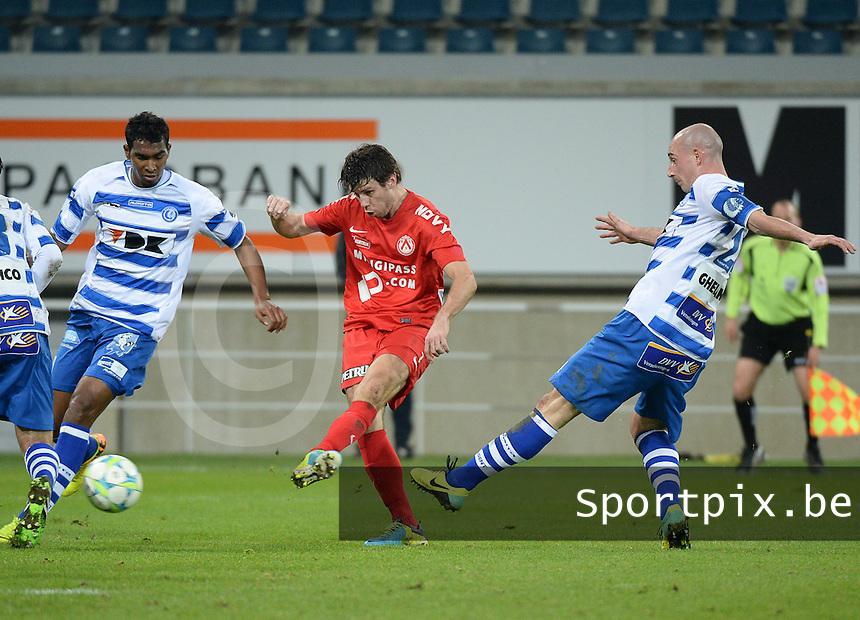 AA Gent - KV Kortrijk : Stijn De Smet aan de bal voor Christophe Lepoint (rechts) en Renato Neto (links)<br /> foto VDB / Bart Vandenbroucke