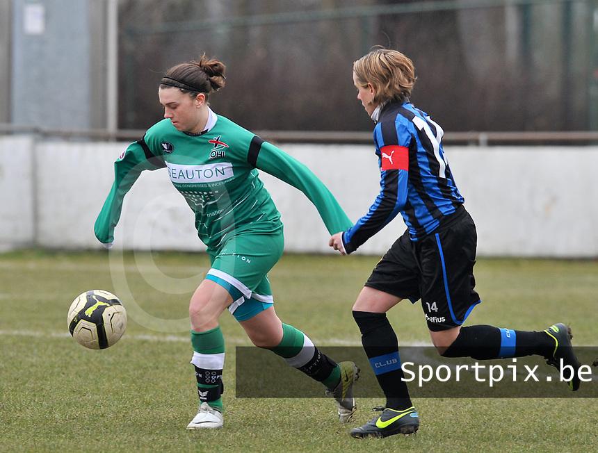 Club Brugge Dames - OHL Oud Heverlee Leuven : Femke Houben aan de bal voor Angelique De Wulf.foto DAVID CATRY / Vrouwenteam.be
