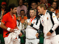 10-2-06, Netherlands, tennis, Amsterdam, Daviscup.Netherlands Russia, Team manager koert Beek overlooking the situation