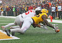 Minnesota Golden Gophers linebacker De'Vondre Campbell (26) gets to a loose ball in the end zone before Jeff Heuerman can get to it at TCF Bank Stadium on November 15, 2014. (Chris Russell/Dispatch Photo)