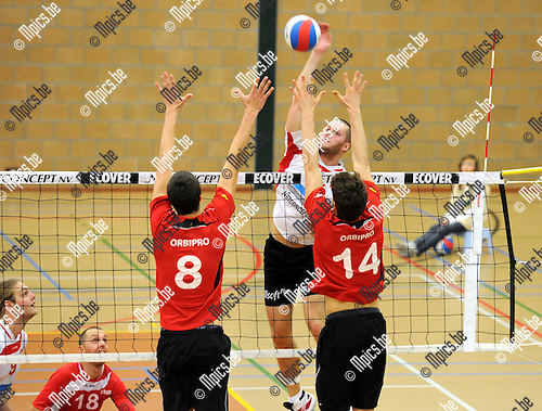 11-11-20 / Volleybal / seizoen 2011-2012 / VC Zoersel - Vilvoorde / M. Cloot (Zoersel) neemt het op tegen Van de Velde en Rousseaux (r)..Foto: Mpics