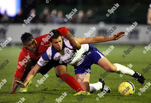 2009-10-23 / Voetbal / KSK Heist - Kapellen FC / Boulfoulkitne (L) en Wouter Van der Mieren (Heist) in duel..foto: mpics
