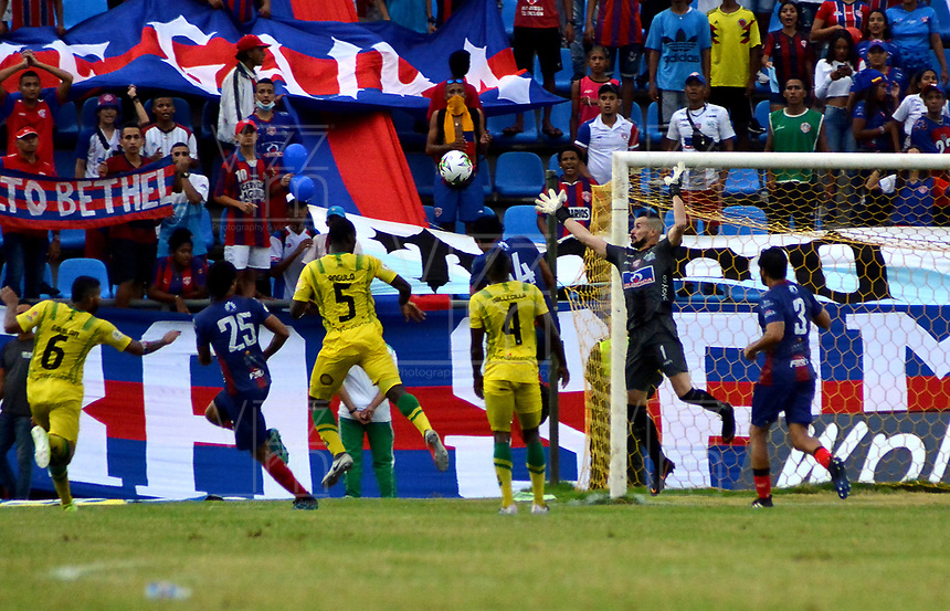 SANTA MARTA-COLOMBIA, 24-10-2019: Horacio Ramírez de Unión Magdalena no logra detener el cabezazo de Anderson Angulo (5) de Atlético Bucaramanga, al anotar gol de su equipo, durante partido entre Unión Magdalena y Atlético Bucaramanga, de la fecha 19 por la Liga Águila II 2019, jugado en el estadio Sierra Nevada de la ciudad de Santa Marta. / Horacio Ramírez of Union Magdalena fails to stop the the head of Anderson Angulo (5) of Atletico Bucaramanga, the goal of his team, during a match between Union Magdalena and Atletico Bucaramanga, of the 19th date for the Aguila Leguaje II 2019 played at the Sierra Nevada Stadium in Santa Marta city. Photo: VizzorImage / Gustavo Pacheco / Cont.