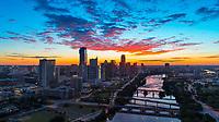 Imagen aereo de el majestuoso horizonte de Austin y Lady bird lake durante un rojo bello amanecer. El siempre floreciente horizonte de austin es el orgullo de Texas y Austin tiene más desarrolladores que cualquier otra ciudad que aprovecha el auge de la construcción de bienes raíces.