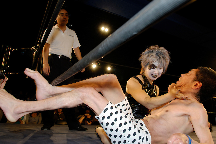 """Orochi"" chops ""ET"" in the neck. Both wrestlers suffer from cerebral palsy. Only attacks to afflicted areas are not allowed."