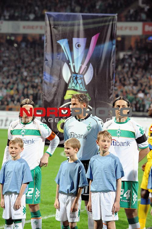 UEFA CUP 2008/2009<br /> Viertelfinale 1/4 Weserstadion 09.04.2009<br /> Werder Bremen (GER) - Udinese Calcio (ITA) 3:1 ( 1:0 )<br /> <br /> Torsten Frings ( Bremen GER #22 ) Keeper Tim Wiese ( Bremen GER #1) Claudio Pizarro ( Bremen #24 ) vor dem UEFA BAner mit Werder Raute<br /> <br /> <br /> Foto &copy; nph (  nordphoto  )
