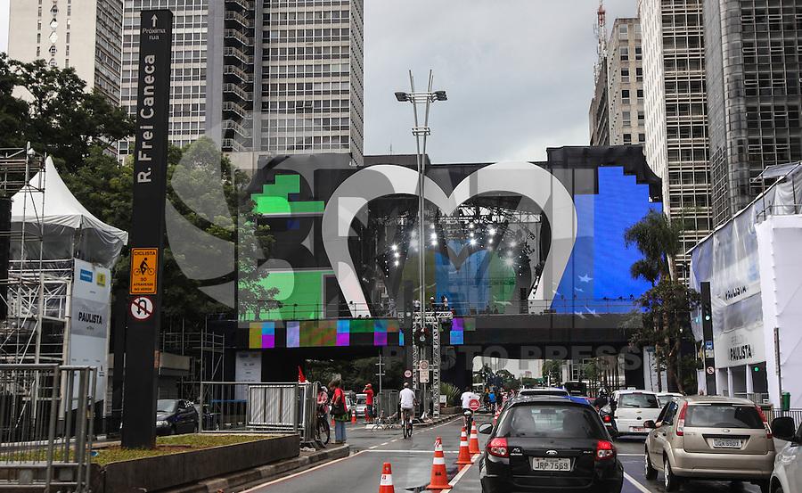 SAO PAULO, SP, 30 DE DEZEMBRO 2012 - Imagem dos preparativos do palco na Avenida Paulista onde ocorre os shows da festa de Réveillon, em São Paulo na tarde deste domingo. FOTO: VANESSA CARVALHO - BRAZIL PHOTO PRESS. .