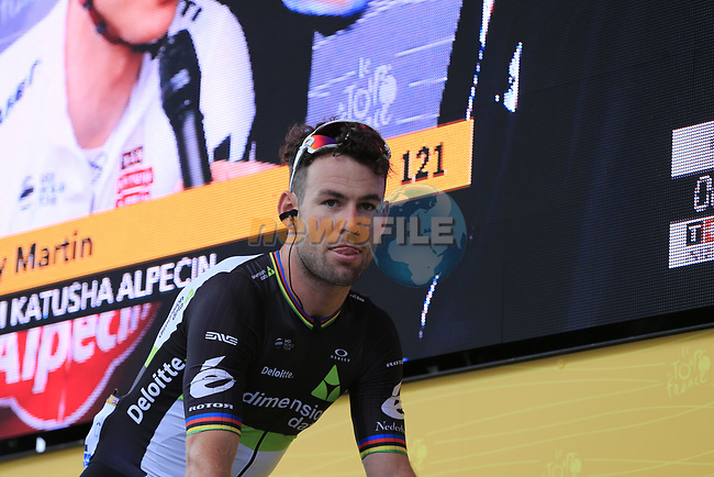 Mark Cavendish (GBR) Team Dimension Data at sign on in Dusseldorf before the start of Stage 2 of the 104th edition of the Tour de France 2017, running 203.5km from Dusseldorf, Germany to Liege, Belgium. 2nd July 2017.<br /> Picture: Eoin Clarke   Cyclefile<br /> <br /> <br /> All photos usage must carry mandatory copyright credit (&copy; Cyclefile   Eoin Clarke)