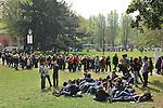Folla di turisti ai Giardini reali.