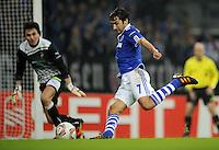 FUSSBALL   EUROPA LEAGUE   SAISON 2011/2012  SECHZEHNTELFINALE FC Schalke 04 - FC Viktoria Pilsen                          23.02.2012 Raul (re, FC Schalke 04) gegen Torwart Marek Cech (li, Pilsen)