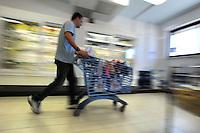 BIOPOLIS. Supermercato di alimenti e prodotti biologici e biodinamici.Biological and biodynamic food and products supermarket. .Carrelli di plastica riciclata. Recycled plastic shopping cart.....