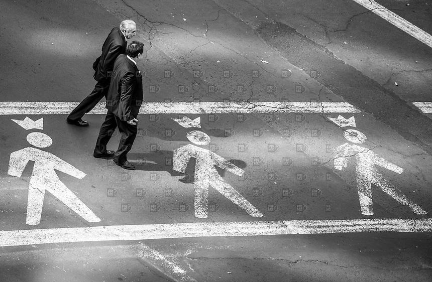 CIUDAD DE MÉXICO, Noviembre 25, 2014. Peatones pasan sobre la calle de Campos Eliseos y Tenyson, colonia Polanco en la Ciudad de México, el 25 de noviembre de 2014.  FOTO: ALEJANDRO MELÉNDEZ