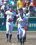 (L-R) Kona Takahashi, Kaito Arai (Maebashi Ikuei),<br /> AUGUST 22, 2013 - Baseball :<br /> Kaito Arai of Maebashi Ikuei talks with pitcher Kona Takahashi in the ninth inning during the 95th National High School Baseball Championship Tournament final game between Maebashi Ikuei 4-3 Nobeoka Gakuen at Koshien Stadium in Hyogo, Japan. (Photo by Katsuro Okazawa/AFLO)9 ()