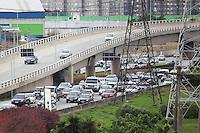 SÃO PAULO, SP, 08.05.2015 - TRÂNSITO-SP -  Trânsito intenso na Marginal Pinheiros sentido Interlagos, na altura da ponte Estaiada, no bairro do Morumbi zona sul de São Paulo, na tarde desta sexta-feira,08 . (Foto: Douglas Pingituro / Brazil Photo Press)