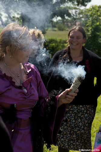 Ritueel door heks Klaske Goedhart (www.lumeria.nl) tijdens Dagje Stralen op  10 juni 2012 te Weidum, Weidumerhout. Vandaag straal je eenvoudig zelf!