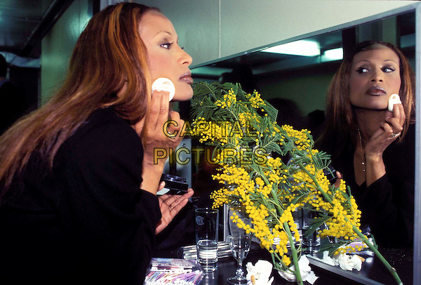 BEVERLY JOHNSON.Ref: CAP.supermodel, make-up, mirror, half length, half-length.www.capitalpictures.com.sales@capitalpictures.com.© Capital Pictures