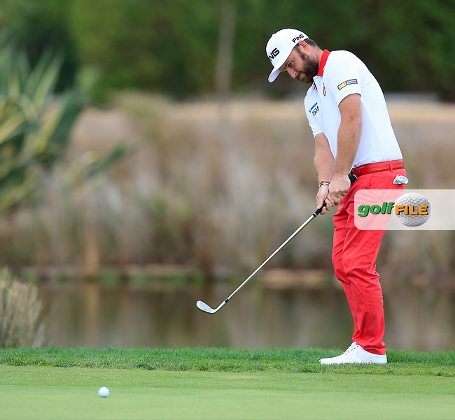 Andy Sullivan (ENG) chips onto the 17th green during Sunday's Final Round of the 2016 Portugal Masters held at the Oceanico Victoria Golf Course, Vilamoura, Algarve, Portugal. 23rd October 2016.<br /> Picture: Eoin Clarke | Golffile<br /> <br /> <br /> All photos usage must carry mandatory copyright credit (&copy; Golffile | Eoin Clarke)