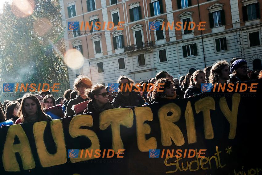 MANIFESTAZIONE NAZIONALEDEGLI STUDENTI MEDI SUPERIORI E DEGLI ATENEI ROMANI CONTRO LA CRISI ECONOMICA..ROMA 17 NOVEMBRE  2011..PHOTO INSIDEFOTO