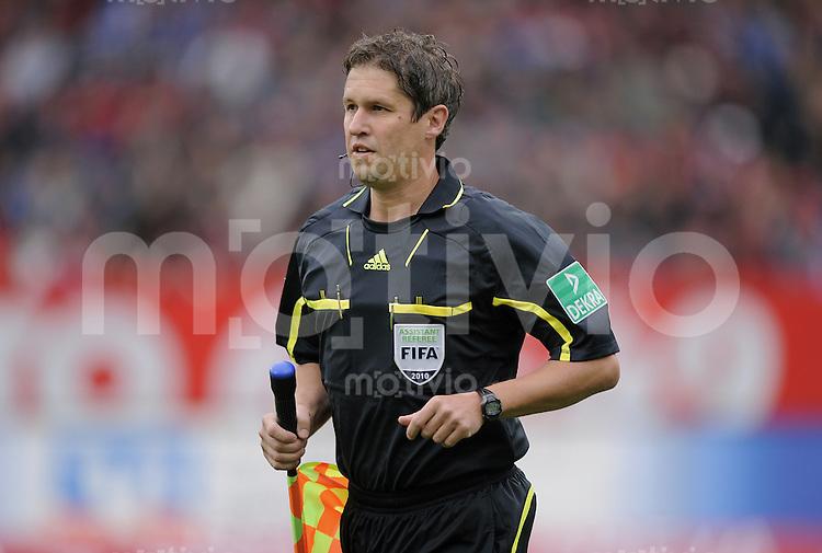 FUSSBALL   1. BUNDESLIGA   SAISON 2010/2011  7. SPIELTAG    02.10.2010 1. FC Nuernberg - FC Schalke 04                  Schiedsrichterassistent Volker Wezel